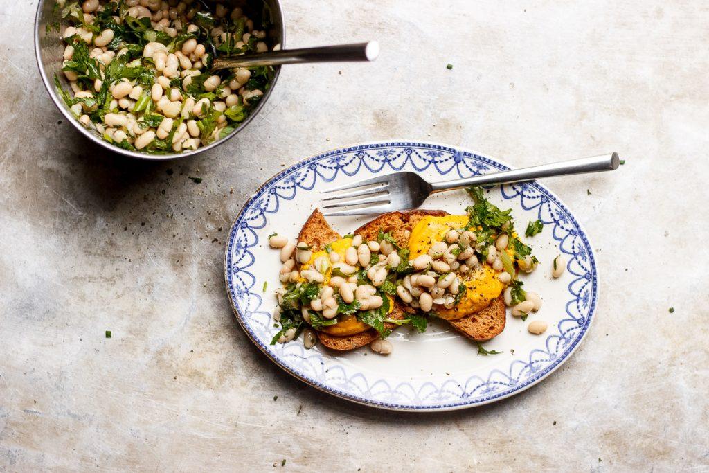 Тосты с тыквенным соусом и белой фасолью