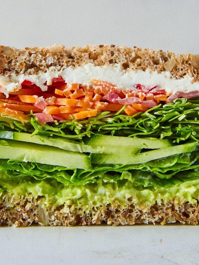 Сэндвич мечты: с авокадо, козьим сыром и овощами